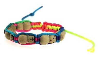 Armbandje gelukspoppetjes naturel met multicolour armband