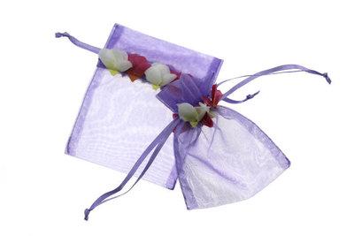 Organza zakje met mini rozenblaadjes Lavendel