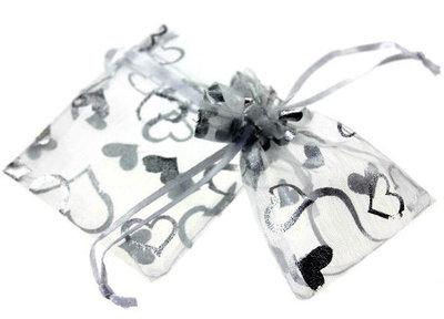Organza zakjes met zilveren hartjes wit zakje 9 x 12 cm