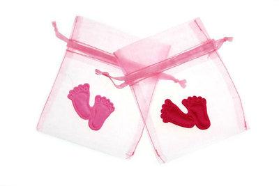 Organza zakje licht roze met satijn babyvoetjes roze
