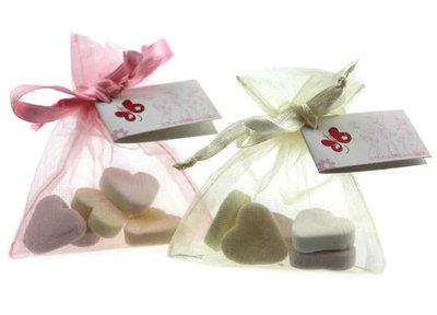 Huwelijksbedankje Organza zakje gevuld met hartjes