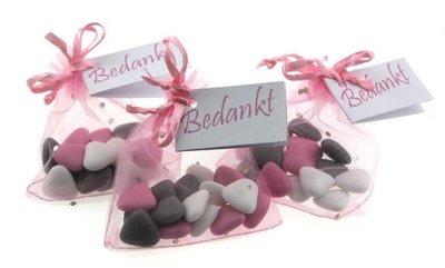Huwelijksbedankje roze zakje met diamantje & bruidsuiker hartjes mini