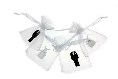2 Organza zakjes wit met satijn bruidspaar