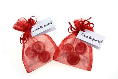 Bedankjes organza zakje met hartjes zuurtjes